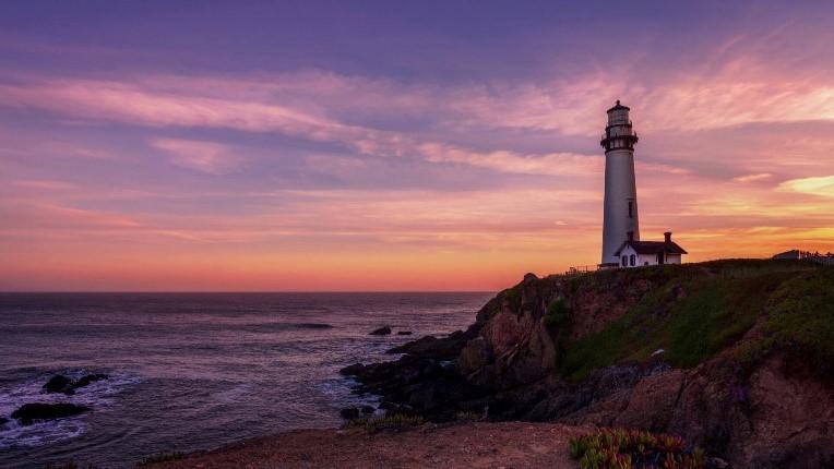 Der Leuchtturm steht wie ein Fels in der Brandung, standhaft, mit Weitblick